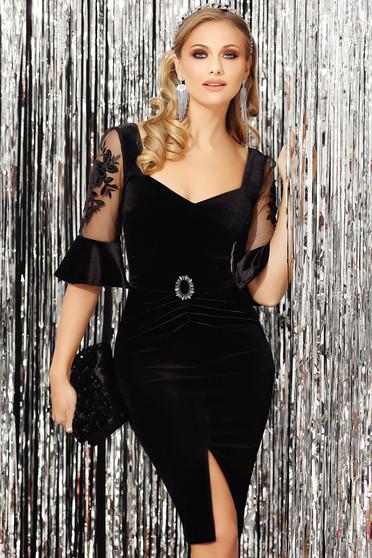Fekete alkalmi lábon sliccelt karcsusított szabású bársony ruha háromnegyedes ujjakkal bross kiegészítővel