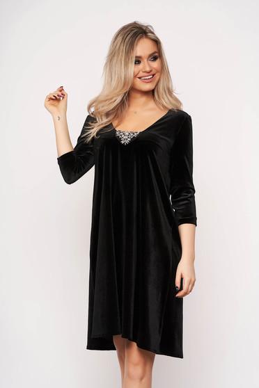 Fekete StarShinerS alkalmi deréktól bővülő szabású ruha strassz köves díszítéssel bársonyból háromnegyedes ujjakkal