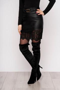 Fekete party karcsusított szabású szoknya csipke díszítéssel öv típusú kiegészítővel