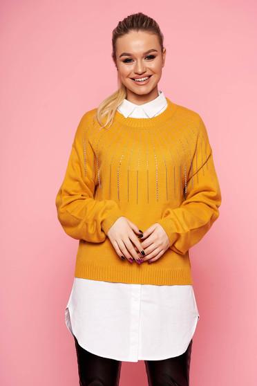 Mustársárga casual pulóver hosszú ujjakkal strassz köves díszítéssel kerekített dekoltázssal és lánccal