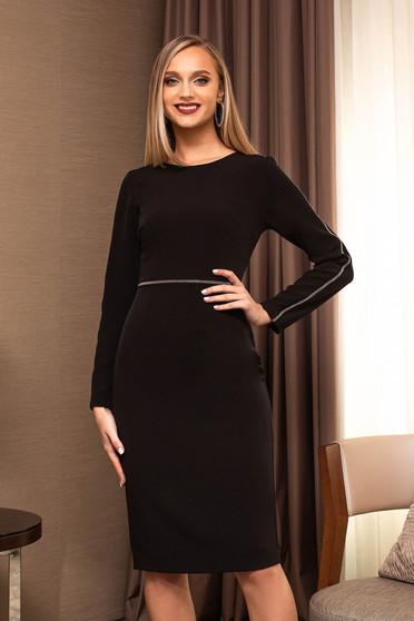Fekete elegáns karcsusított szabású ruha strasszköves feliratokkal