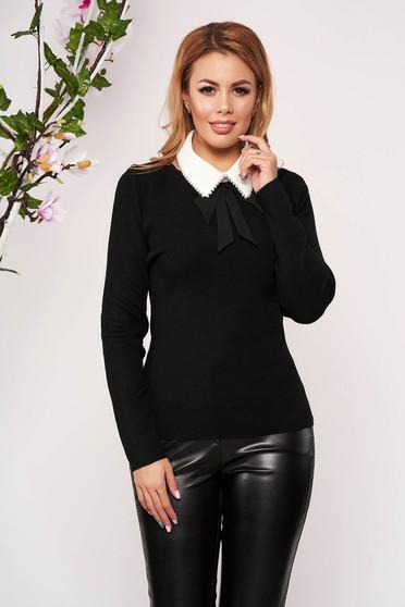 Fekete elegáns kötött karcsusított szabású rövid női blúz hosszú ujjakkal pólónyakkal eltávolítható gallérral