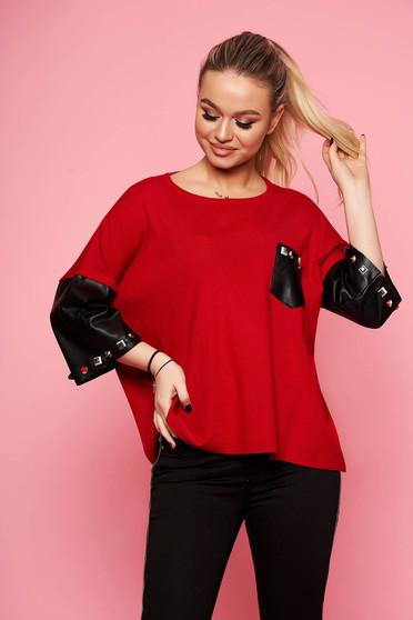 Piros elegáns rövid kötött szegecses bő szabású női blúz háromnegyedes ujjakkal műbőrből