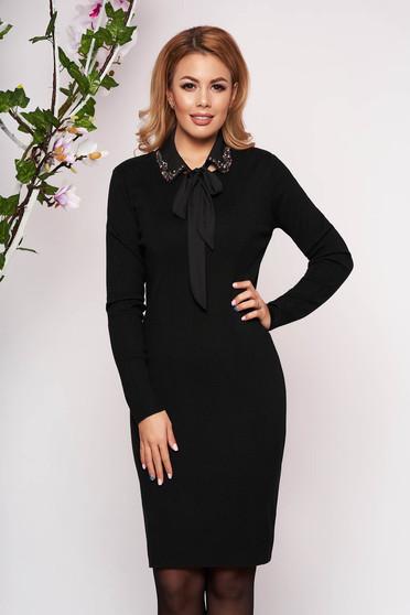 Fekete elegáns rövid kötött ceruza ruha hosszú ujjakkal pólónyakkal eltávolítható gallérral