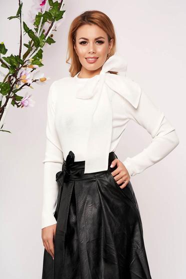 Fehér elegáns masnival megköthető karcsusított szabású kötött rövid női blúz
