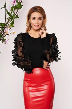 Fekete elegáns szűk szabású kötött rövid női blúz virágos díszekkel pólónyakkal hosszú ujjakkal