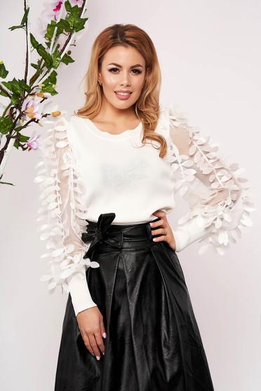 Fehér elegáns szűk szabású kötött rövid női blúz virágos díszekkel pólónyakkal hosszú ujjakkal