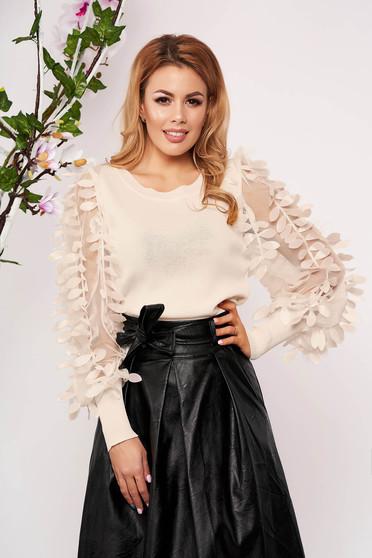 Krémszínű elegáns szűk szabású kötött rövid női blúz virágos díszekkel pólónyakkal hosszú ujjakkal