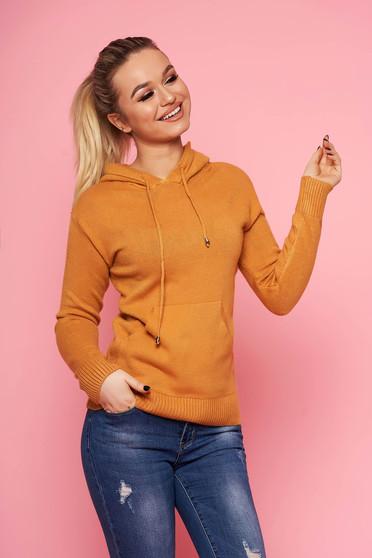 Mustársárga casual kapucnis kötött rövid pulóver hosszú ujjakkal elől egy zsebbel