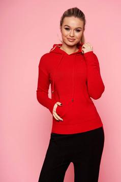 Piros casual kapucnis kötött rövid pulóver hosszú ujjakkal elől egy zsebbel
