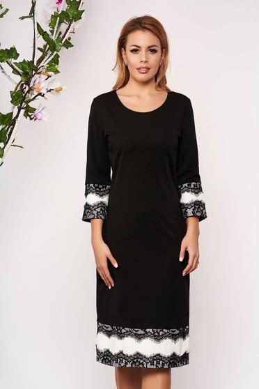 Fekete elegáns karcsusított szabású ruha csipke díszítéssel háromnegyedes ujjakkal