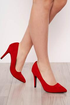Piros elegáns magassarkú cipő enyhén hegyes orral