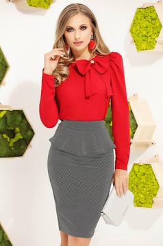 Piros irodai elegáns szűk szabású női blúz hosszú ujjakkal masni alakú kiegészítővel
