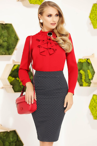 Piros irodai elegáns szűk szabású női blúz bross kiegészítővel