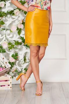 Mustársárga elegáns szoknya műbőrből csipke díszítéssel