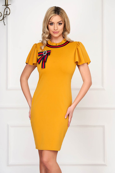 Mustársárga casual rövid ceruza ruha rövid ujjakkal szövetből bross kiegészítővel