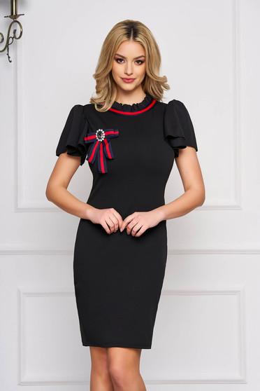 Fekete casual rövid ceruza ruha rövid ujjakkal szövetből bross kiegészítővel