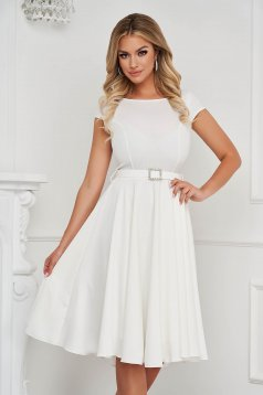 Fehér StarShinerS elegáns midi ruha szövetből öv kiegészítővel van ellátva