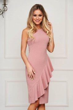 Púder rózsaszínű StarShinerS elegáns midi ujjatlan ceruza ruha fodros diszitéssel
