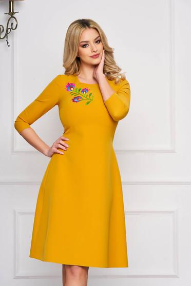StarShinerS mustársárga midi alkalmi harang ruha szövetből virágos hímzéssel