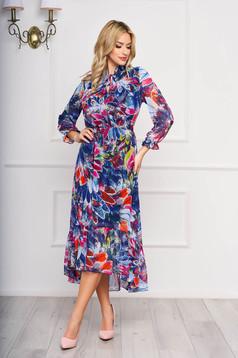 Kék elegáns aszimetrikus ruha virágmintás díszítéssel muszlinból gumírozott derekú fazon