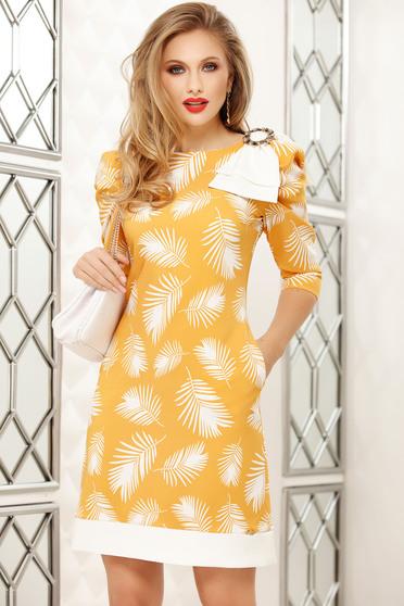 Sárga irodai rövid a-vonalú ruha virágmintás díszítéssel bross kiegészítővel
