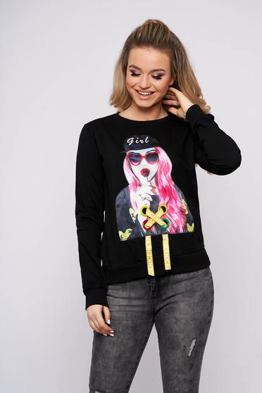 Fekete casual pamutból készült rövid bő szabású női blúz grafikai díszítéssel