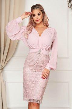 Púder rózsaszínű rövid alkalmi ruha muszlin és csipkés anyagból v-dekoltázzsal