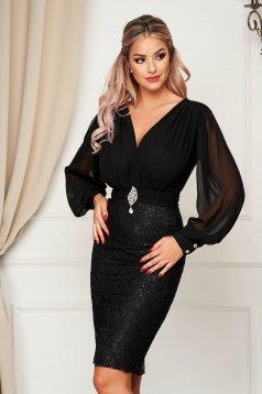 Fekete rövid alkalmi ruha muszlinból csipkés anyagból v-dekoltázzsal