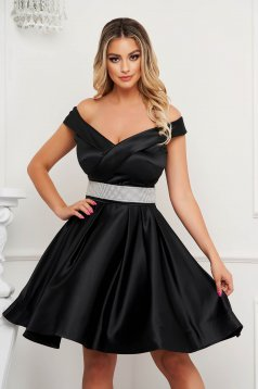 Fekete ruha szaténból harang rövid váll nélküli alkalmi öv kiegészítővel van ellátva
