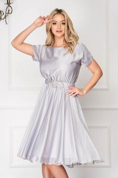 Ezüstszínű StarShinerS gumírozott derekú alkalmi harang ruha övvel ellátva