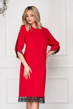 Piros elegáns midi ruha egyenes fazon szövetből bojtos csipke díszítéssel