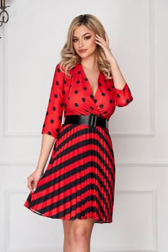 Piros hétköznapi rövid harang ruha rakott, pliszírozott szoknyarésszel mély dekoltázzsal vékony anyag