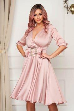 Világos rózsaszínű elegáns midi harang ruha csatokkal van ellátva szaténból