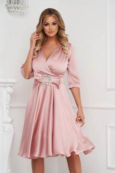 Világos rózsaszínű elegáns midi harang ruha szaténból, csatokkal ellátva