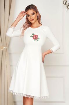 Fehér StarShinerS elegáns midi harang ruha szövetből virágos hímzéssel
