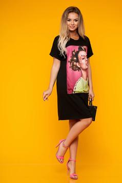 Fekete casual rövid pamutból készült ruha grafikai díszítéssel