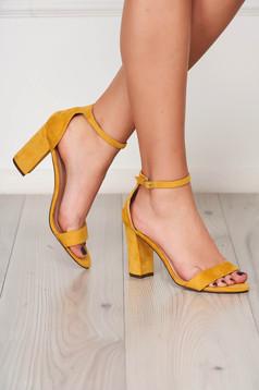 Sárga elegáns szandál vastag sarokkal bársonyos anyagból