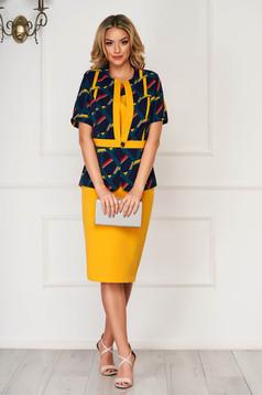Mustársárga elegáns szoknyás női kosztüm rugalmatlan szövetből