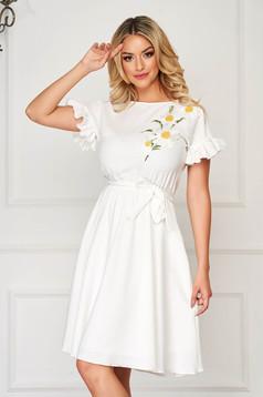 StarShinerS fehér midi ruha rugalmas anyagból fodros ujjakkal virágos hímzéssel harang alakú