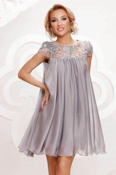 Ezüstszínű alkalmi rövid ruha enyhén áttetsző anyag