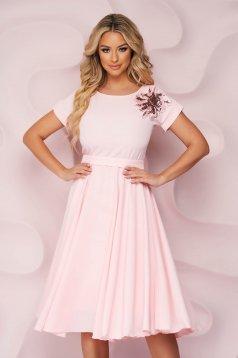 Világos rózsaszínű StarShinerS midi alkalmi ruha harang alakú gumirozott derékrésszel hímzett betétekkel