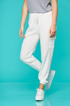Fehér casual nadrág gumírozott derekú zsinórral van ellátva vékony anyagból