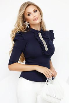 Sötétkék irodai enyhén elasztikus pamut szűk szabású női ing 3/4-es ujjakkal fodros gallérral