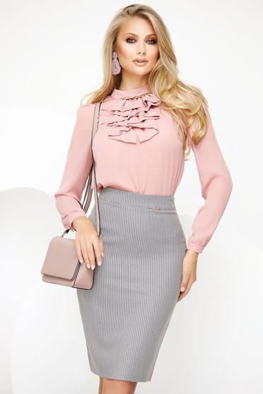 Púder rózsaszínű elegáns női blúz muszlinból fémes kiegészítővel fodros gallérral