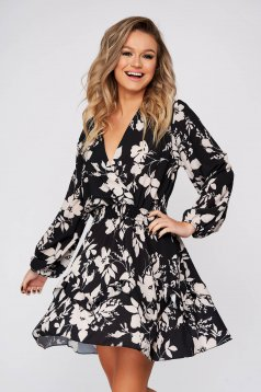 Fekete hétköznapi ruha harang alakú gumirozott derékrésszel v-dekoltázzsal muszlinból virágmintás díszítéssel