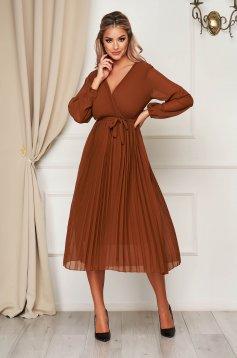 Barna StarShinerS elegáns dekoltált midi ruha harang alakú gumirozott derékrésszel muszlinból