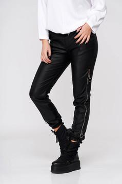 Fekete casual magas derekú nadrág műbőrből fém díszítésekkel