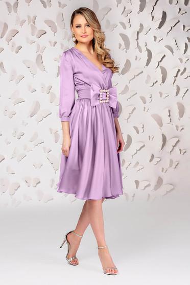 Lila elegáns midi harang ruha csatokkal van ellátva szaténból