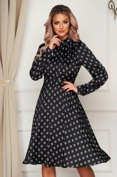 Fekete elegáns harang ruha kendő jellegű gallér szatén anyagból geometrikus mintákkal